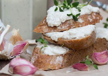Kevyt välimerellinen juustolevite leivälle