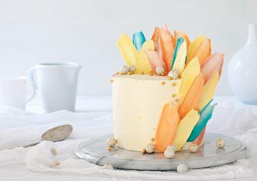 Pääsiäiskakku höyhenillä - brushstroke cake