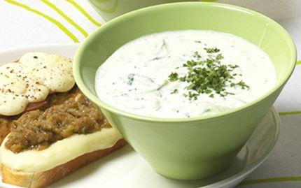 Kylmä kurkku-jogurttikeitto