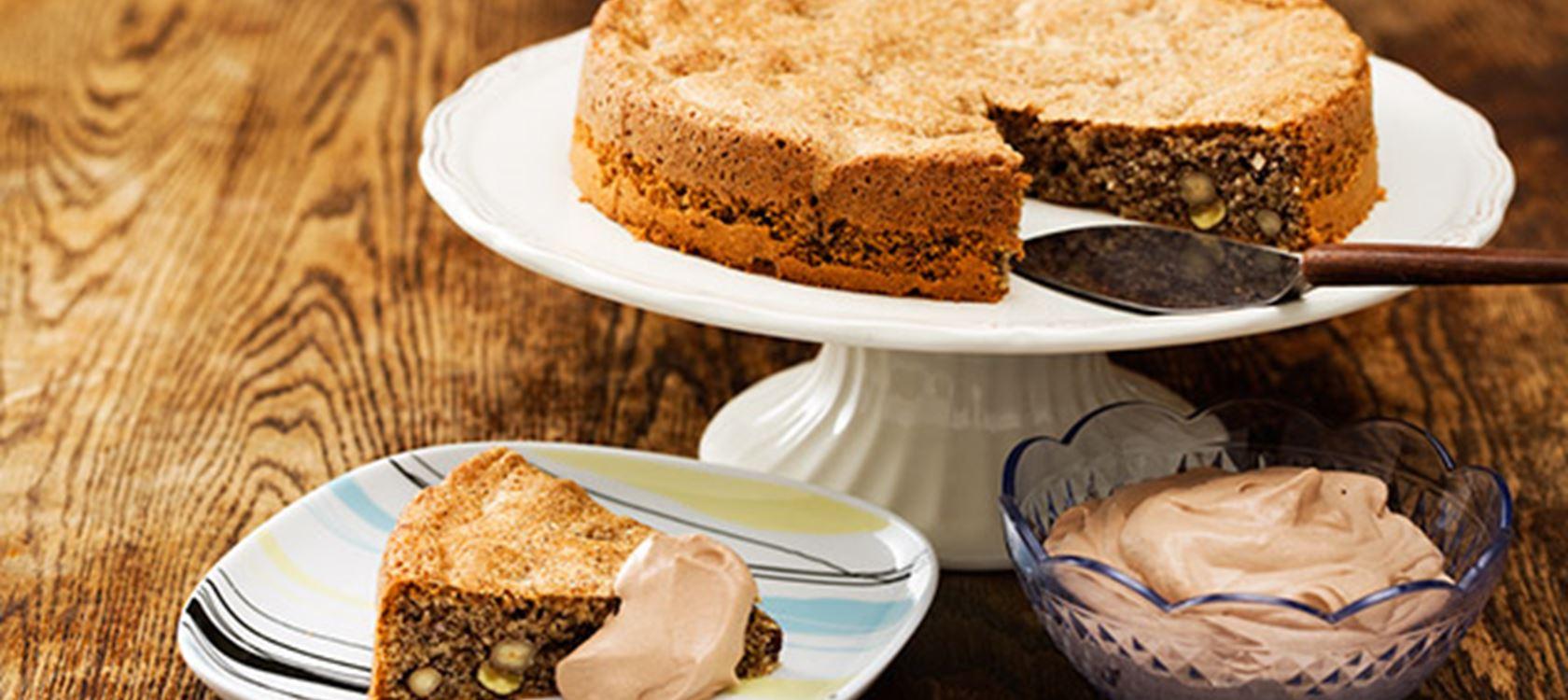 Pähkinäkakku ja suklaavaahtoa