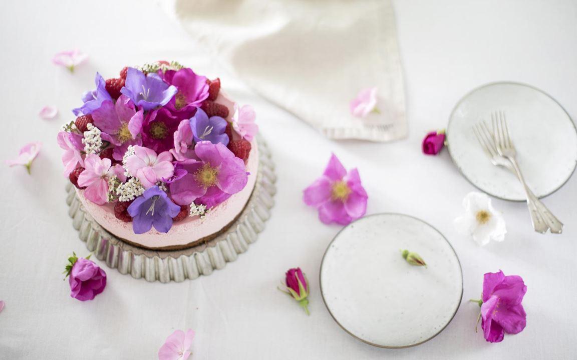 Juustokakku syötävillä kukilla