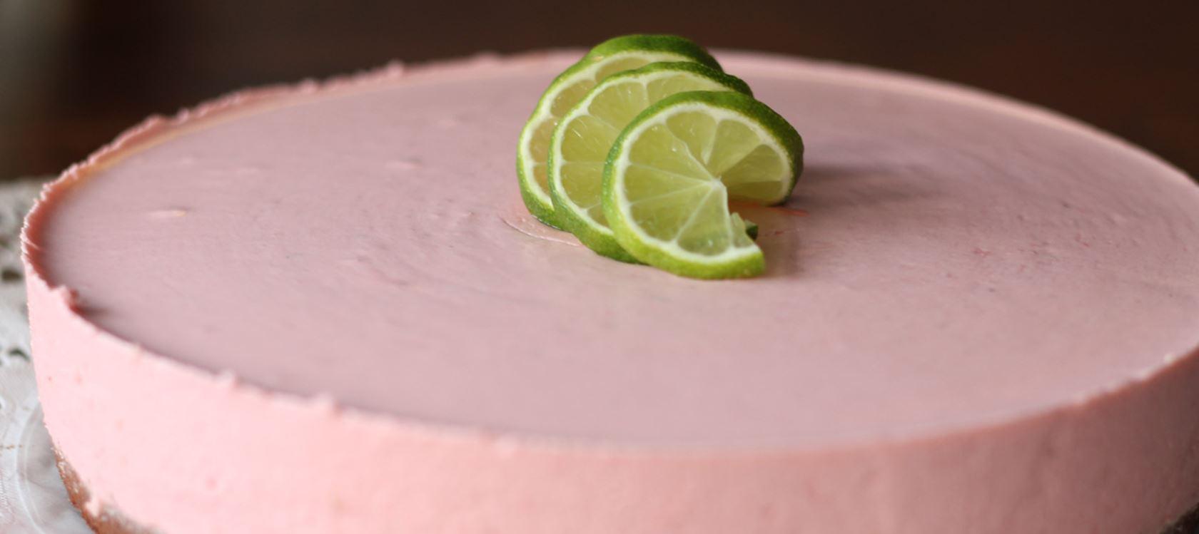 Lime-mansikkamoussekakku