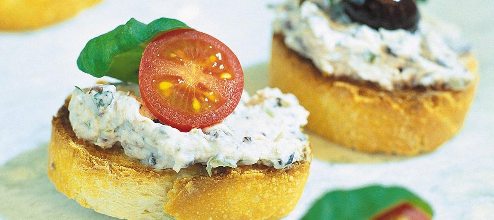 Oliivituorejuustolla päällystetyt crostinit