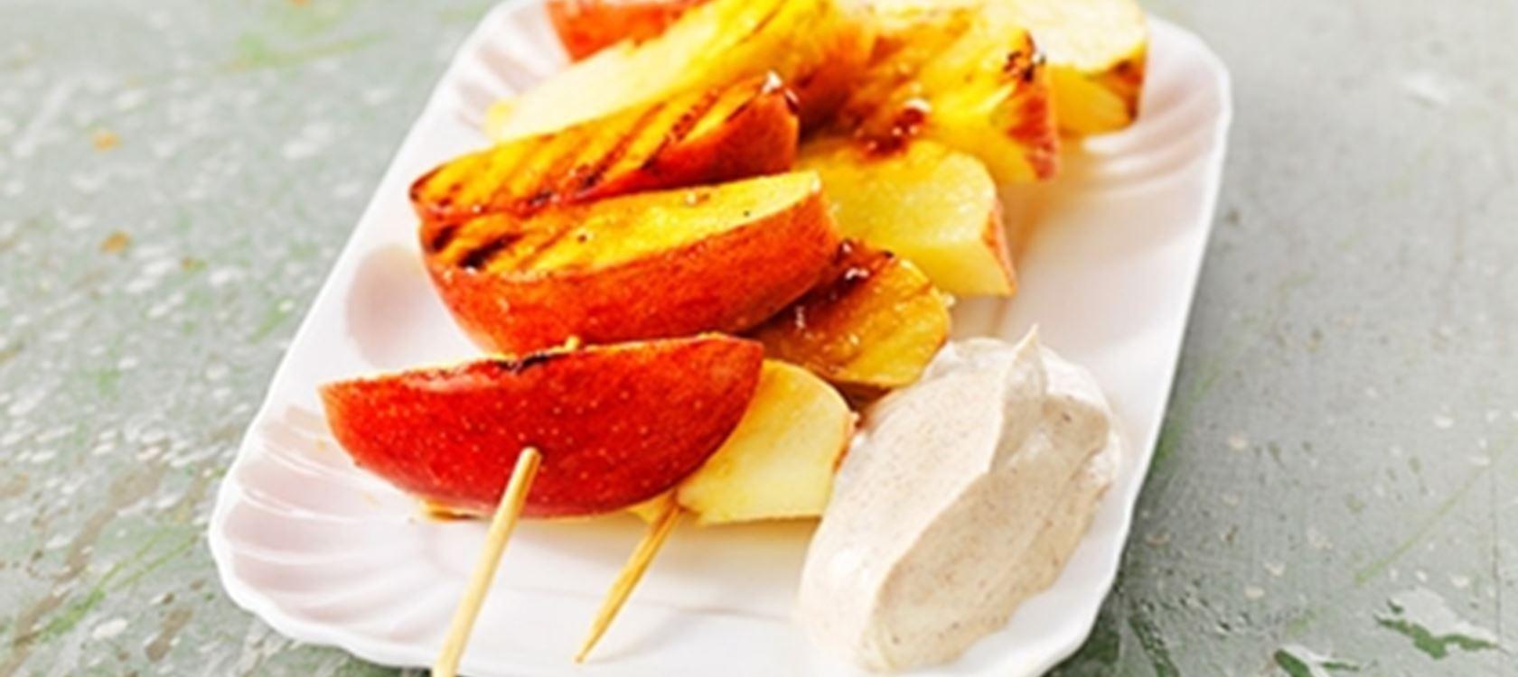 Grillatut omenavartaat ja kanelikreemi