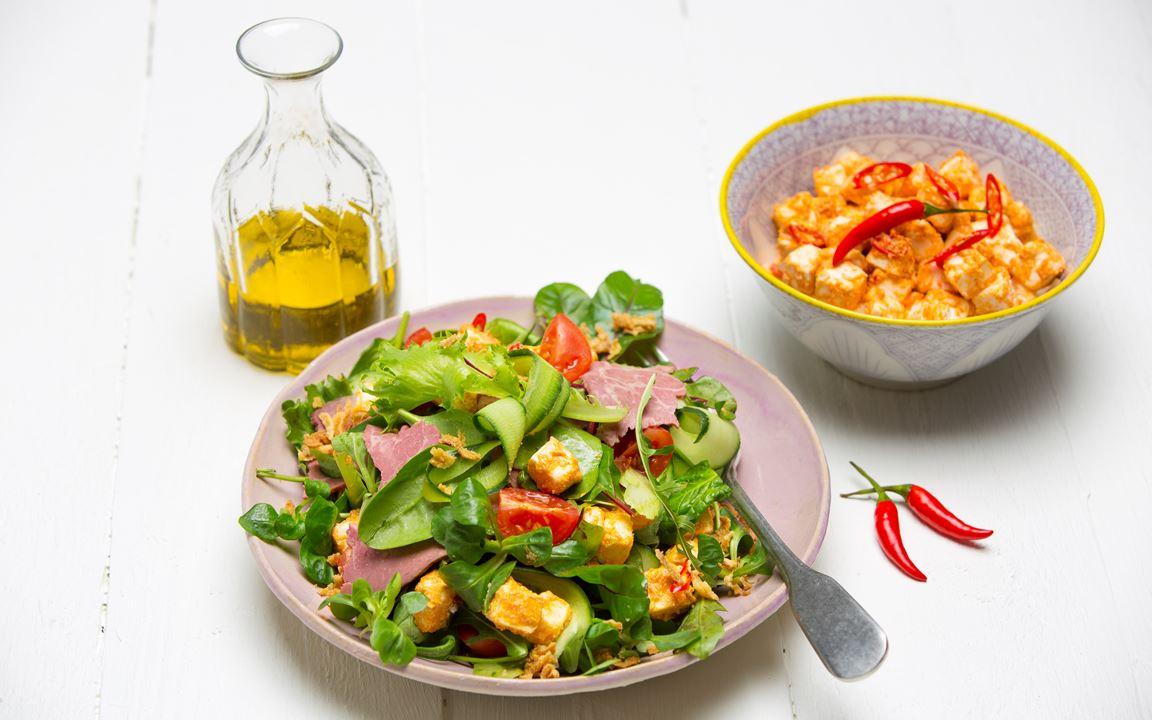 Paahtopaistisalaattia ja chili-savupaprikajuustoa