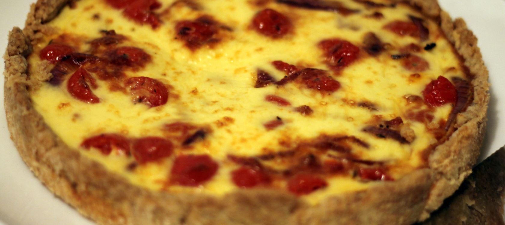 Tomaatti-punasipulipiirakka