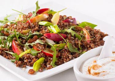 Omena-kvinoasalaatti ja kanelikastiketta