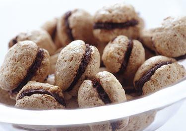 Suklaatäytteiset pähkinämarengit