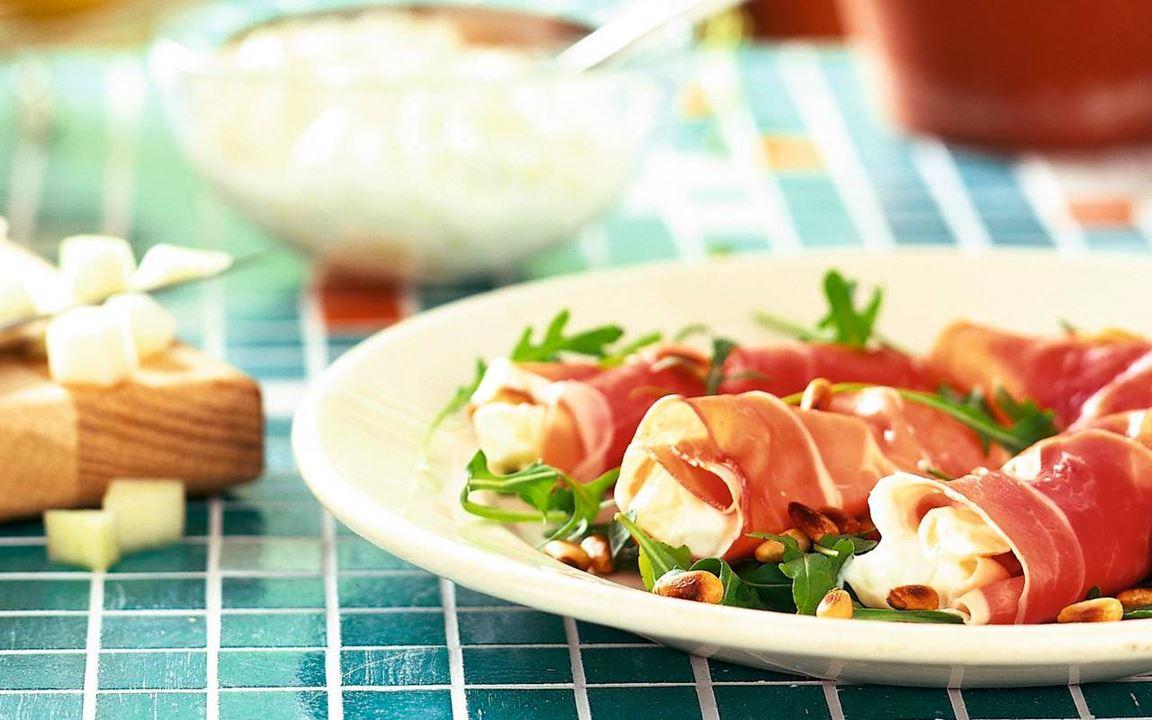 Meloni-tuorejuustotäytteiset prosciuttorullat