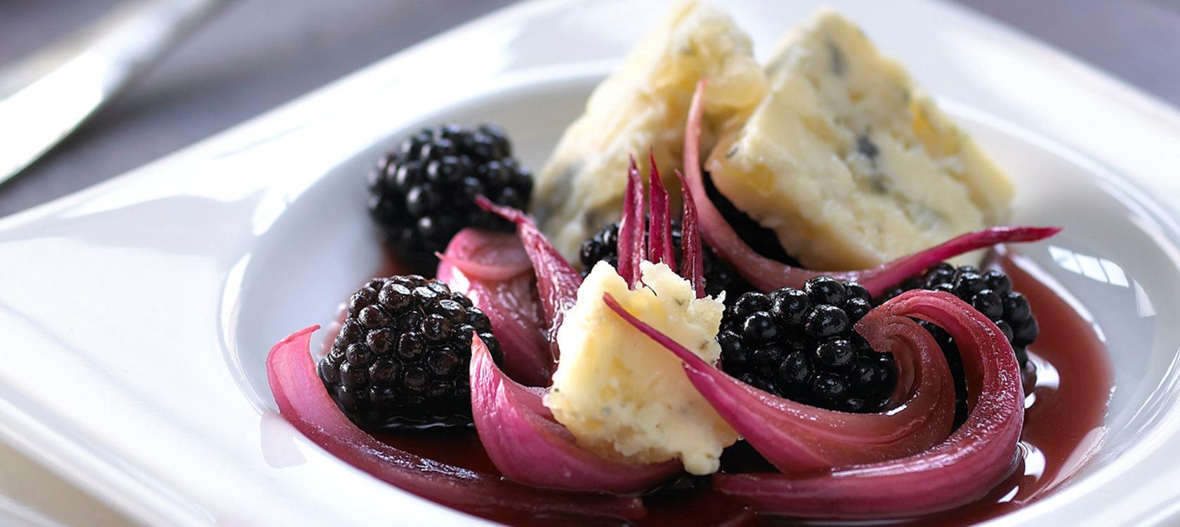 Castello-juustoa karhunvatukoiden kera