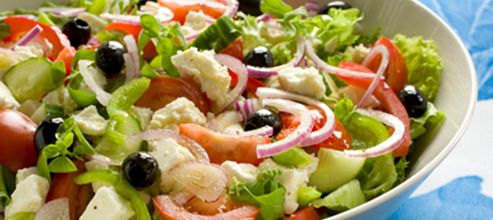 Kesäsalaatti kreikkalaisittain