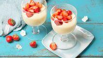 Vaniljapiimävanukas ja mansikoita