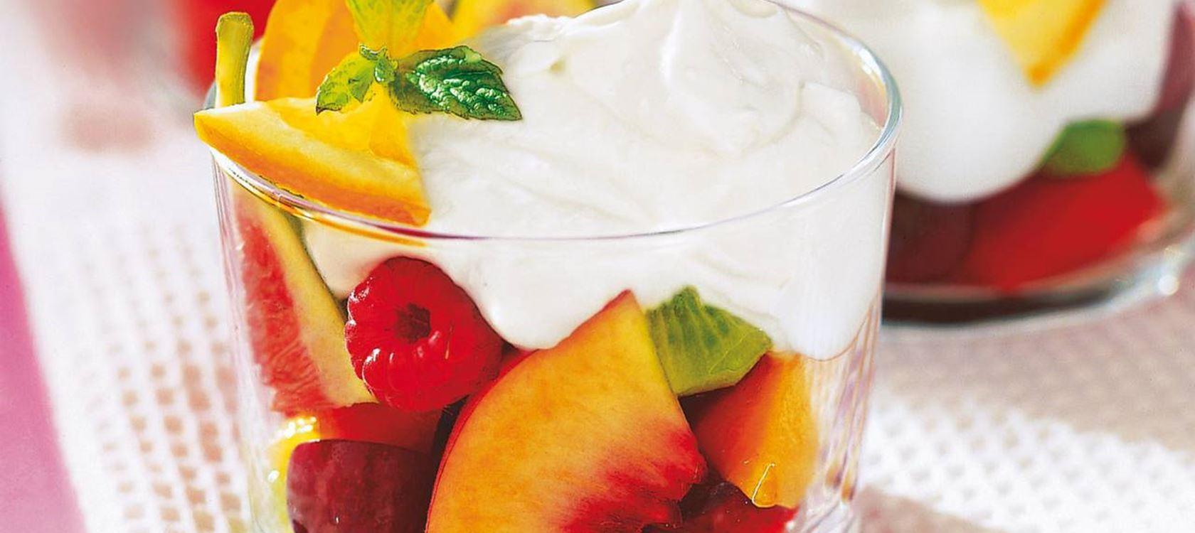 Hedelmäsalaattia ja hunajaista kermavaahtoa