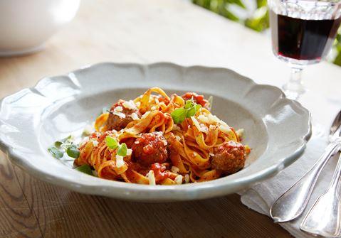 Fettuccine-pastaa ja vasikanlihapullia tomaattikastikkeessa