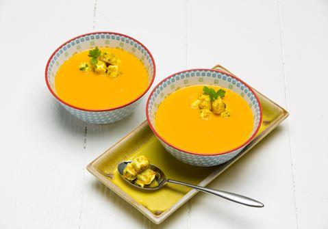 Porkkanasosekeitto curry-korianterijuustolla
