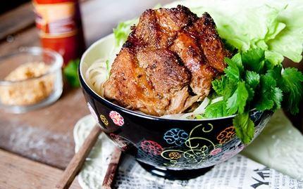 Vietnamilainen porsaankylki ja nuudeleita