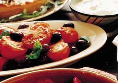 Paistetut tomaatit basilikakastikkeella