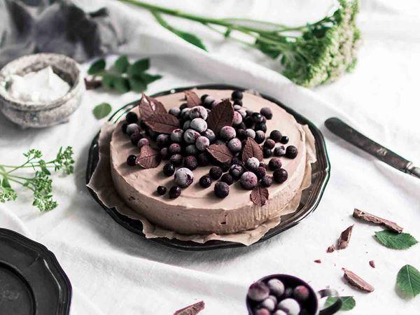 Suklaajuustokakku mustaherukoilla