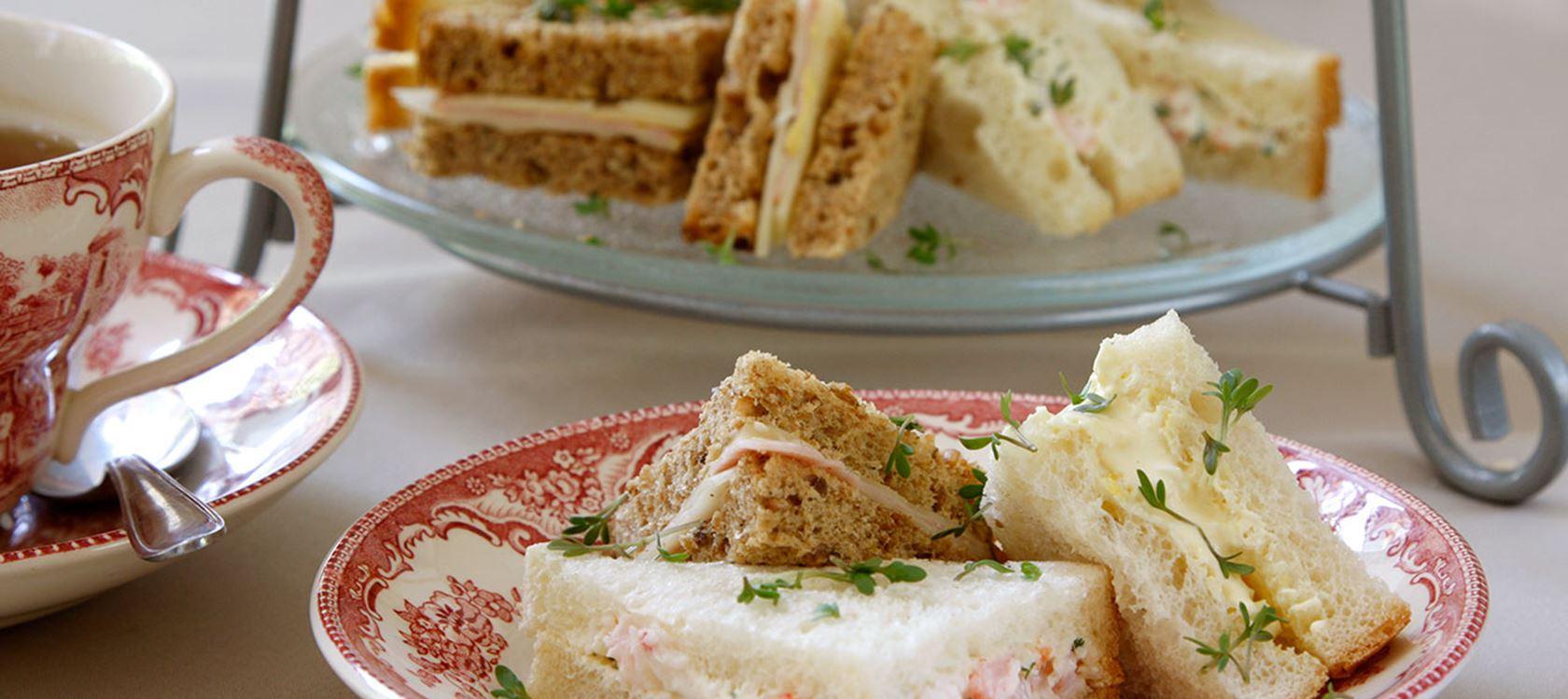 Juusto-kinkku-, muna- tai katkaraputäytteiset sandwichit