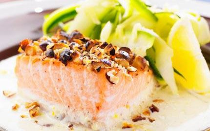 Paneroitua kalaa ja kesäkurpitsatagliatellea