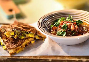 Quesadillas με χοιρινό,  πράσινη πιπεριά, καλαμπόκι και τυριά