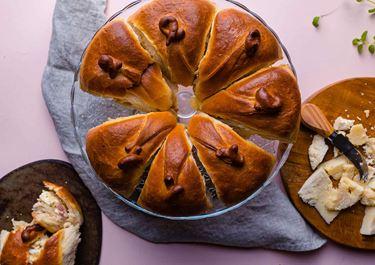 Τσουρέκι αλμυρό, γεμιστό με αλλαντικά & τυριά