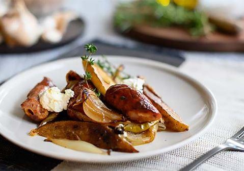 Λουκάνικα με λαχανικά στον φούρνο