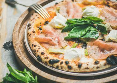 Πίτσα με χοιρινό ζαμπόν, πράσο και φρέσκο τυρί κρέμα