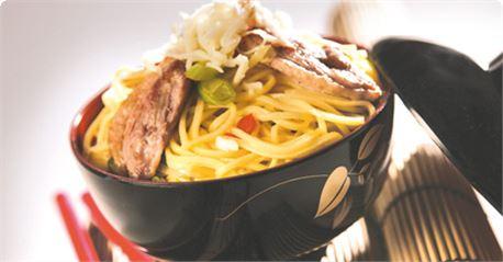 Noodles στο γουοκ με κόκκινη πιπεριά και φιλέτο πάπιας