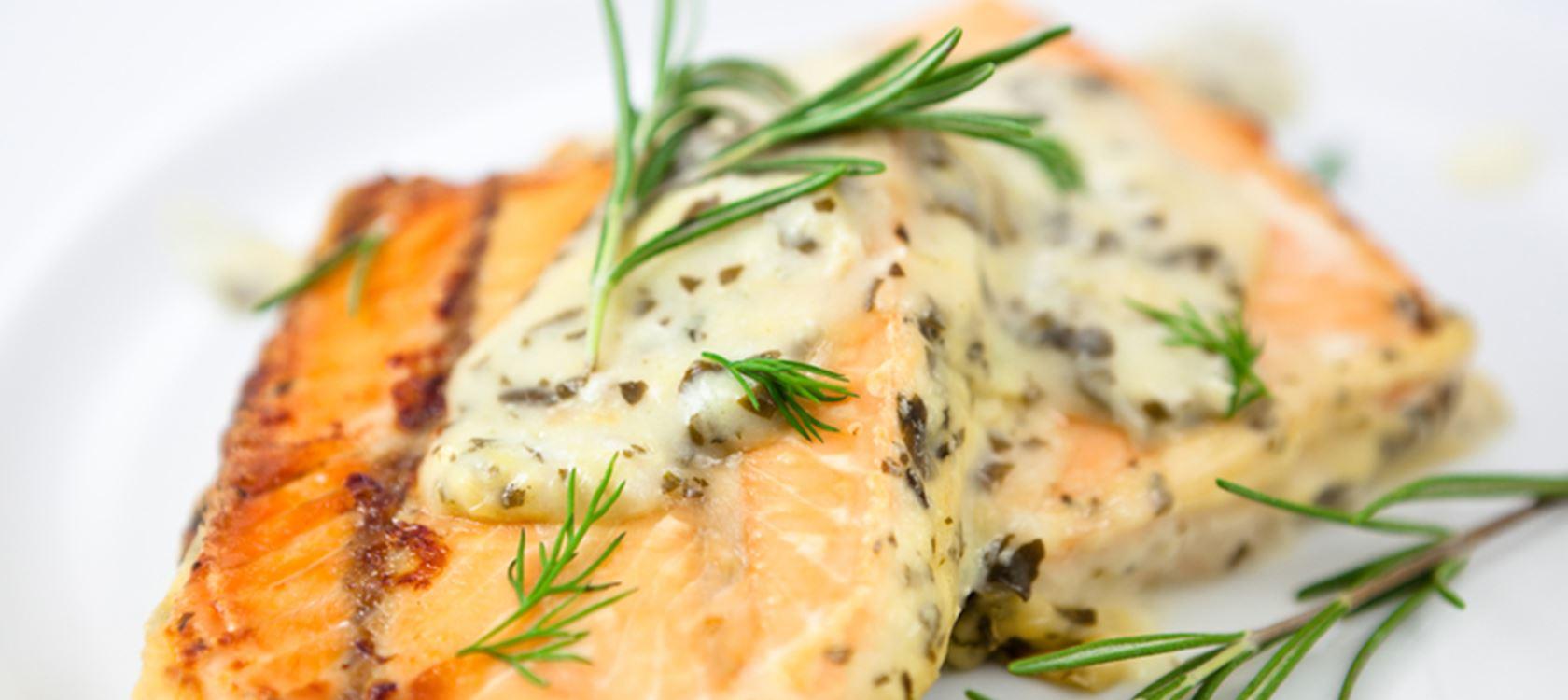 Σολομός σοτέ με σάλτσα βουτύρου και σχοινόπρασο