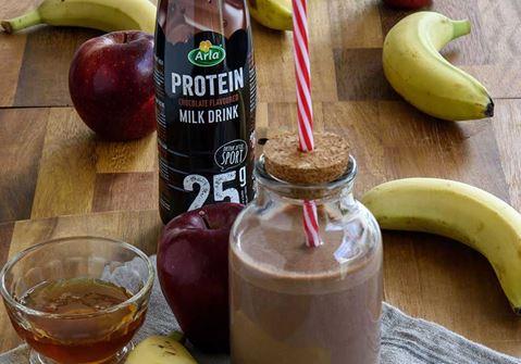 Smoothie με chocolate milk, μπανάνα, μήλο και επιδόρπιο γάλακτος
