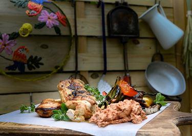 Κοτόπουλο με μαρινάδα μπύρας και dip φρέσκου τυριού κρέμα