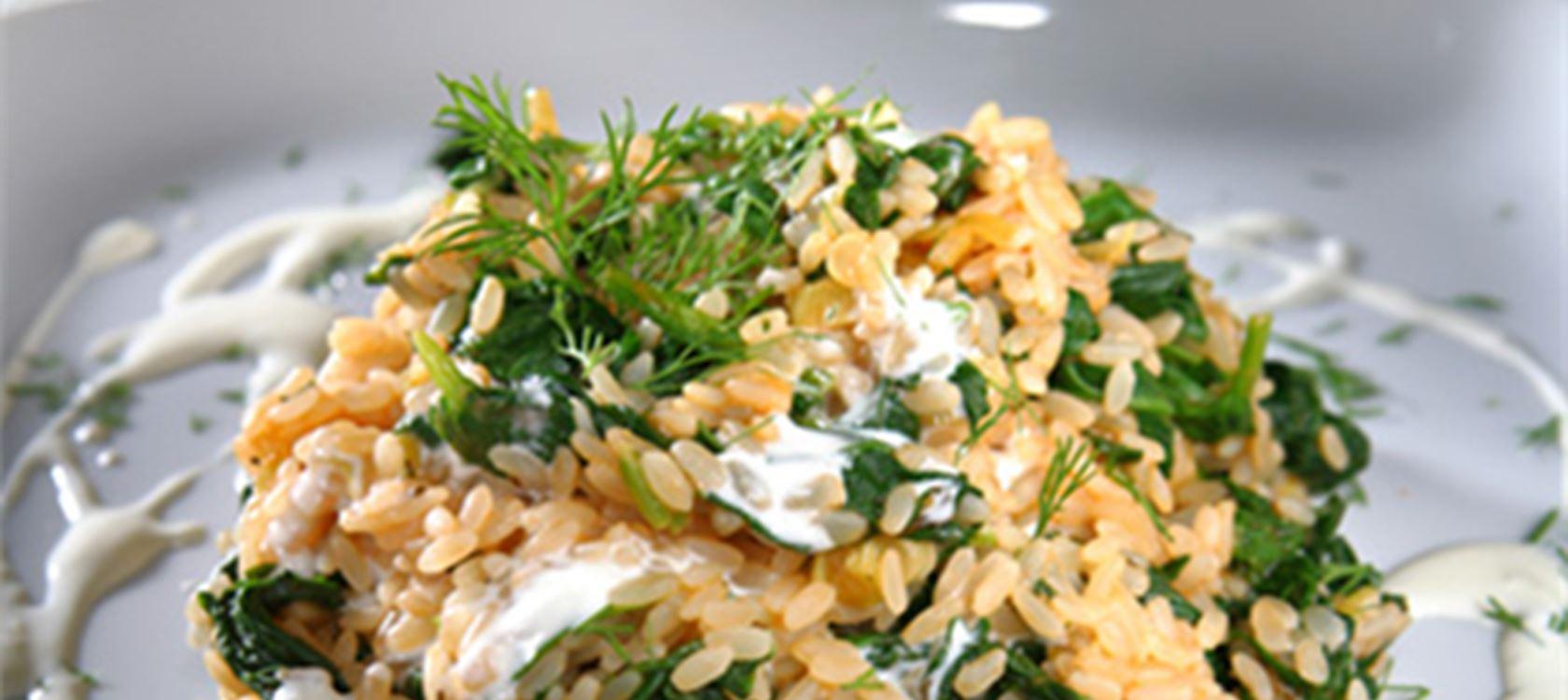 Σπανακόρυζο με ελαφριά γεύση τομάτας και κρέμα γάλακτος