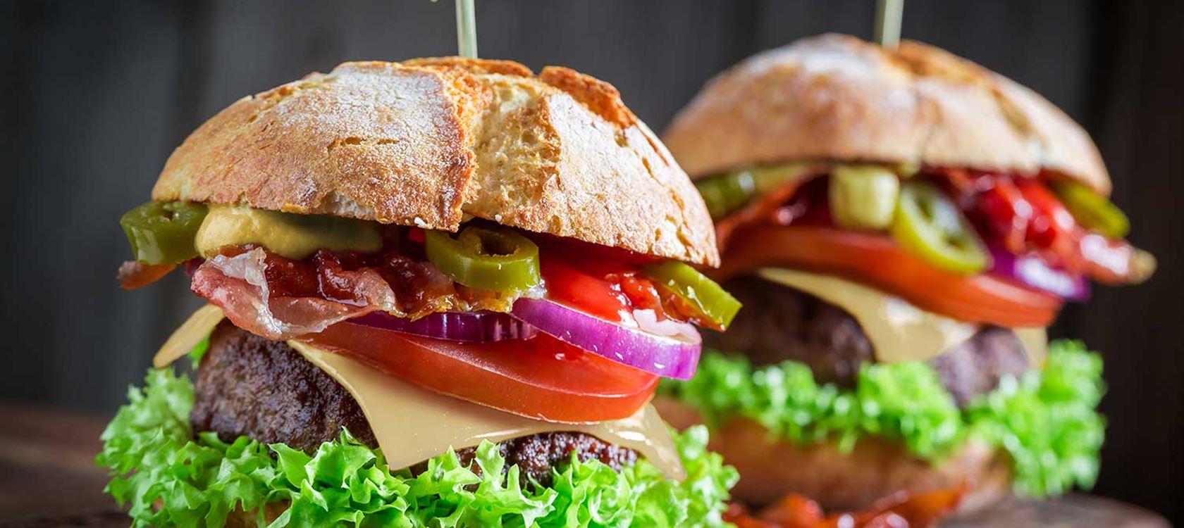 Burger μοσχάρι με Arla Mozzarella και sauce μουστάρδας με Arla Φρέσκο Τυρί Κρέμα