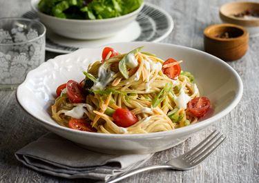 Σπαγγέτι ολικής με λαχανικά και φρέσκο τυρί κρέμα light