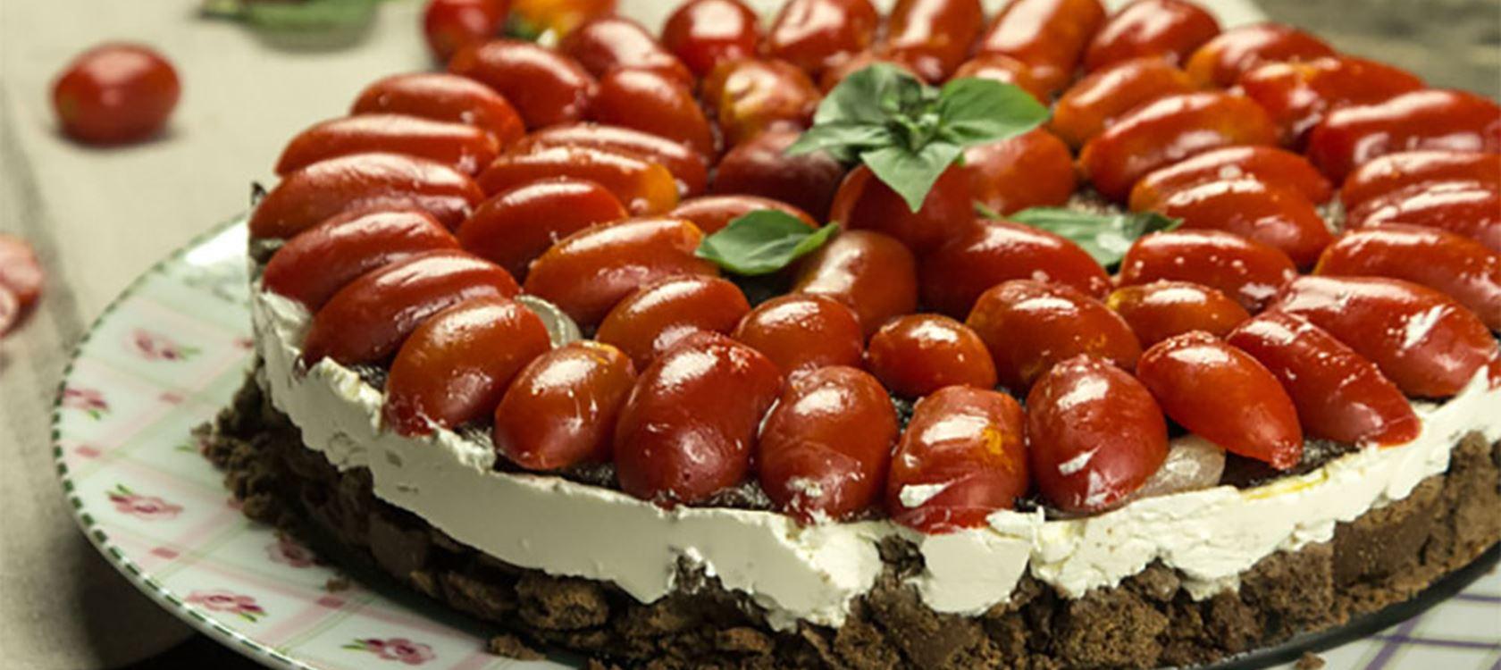 Αλμυρό τσιζκέικ με ντοματίνια και καραμελωμένο κρεμμύδι