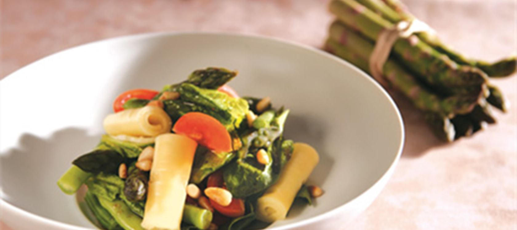 Σαλάτα με σπαράγγια, τοματίνια και φασολάκια