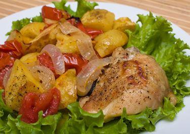 Κοτόπουλο μπούτι στο φούρνο με πολύχρωμες πιπεριές και Arla Delite