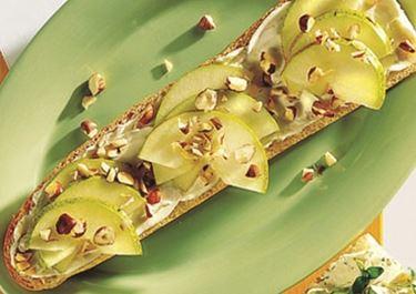 Μπαγκέτα με φουντούκια, αχλάδια, και μπλέ τυρί