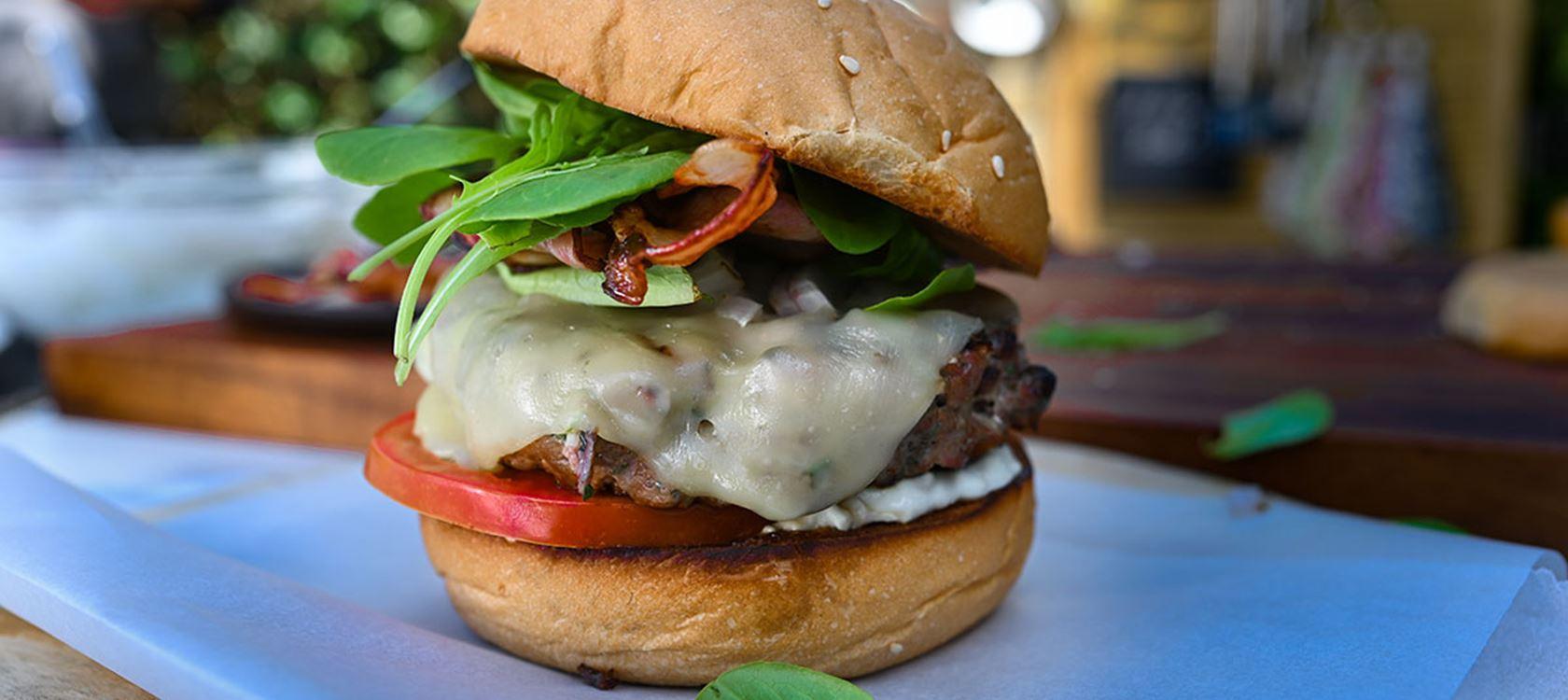 Burger μοσχαρίσιο με blue cheese sauce