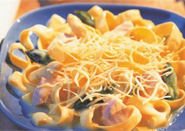 Fettuccini με σολομό και σπαράγγια