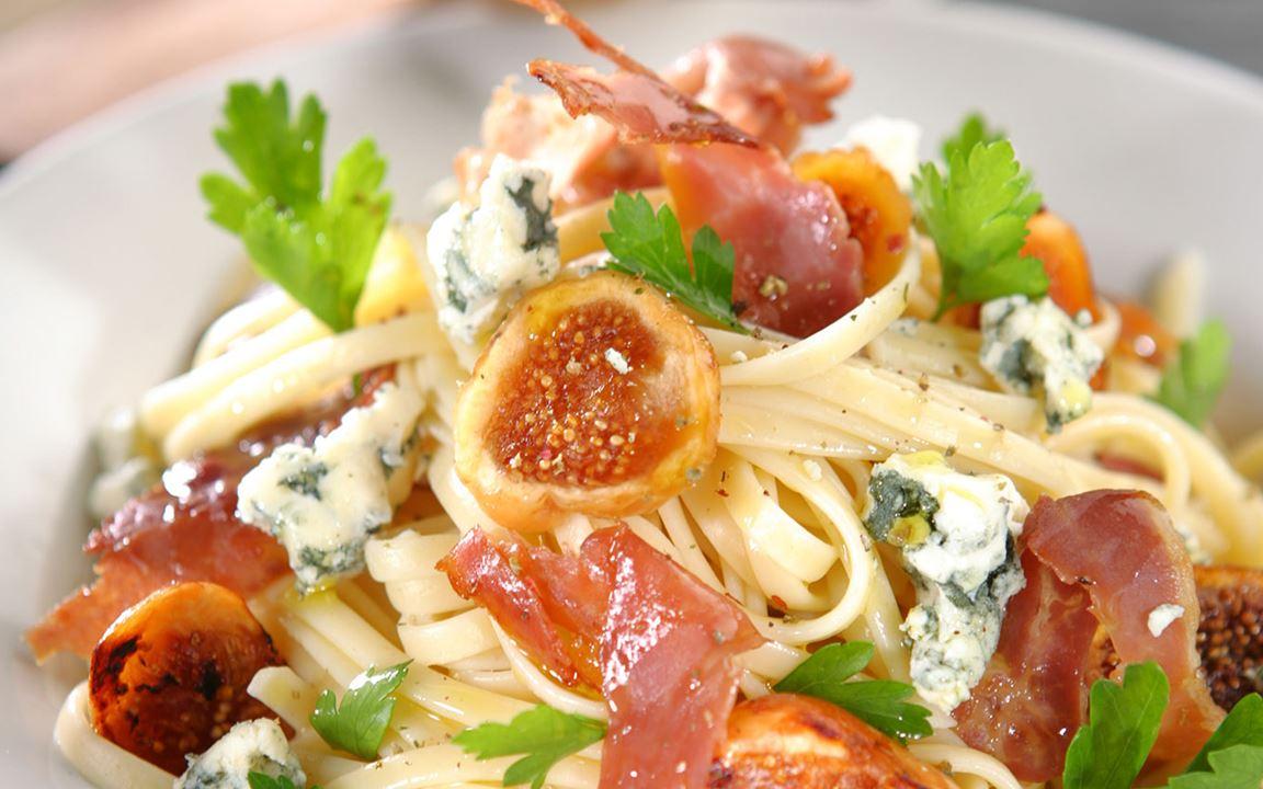 Λινγκουίνι με προσούτο, ξερό σύκο και μπλε τυρί