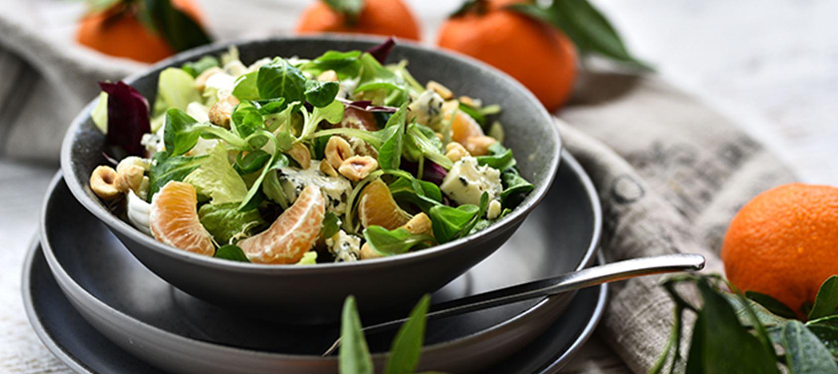 Πράσινη σαλάτα με μανταρίνι και μπλε τυρί