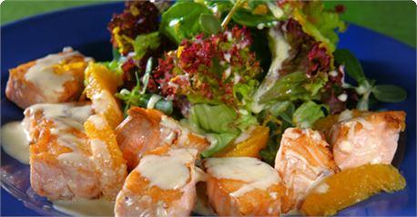 Φιλετάκια σολομού με σάλτσα πορτοκάλι και φρέσκια σαλάτα