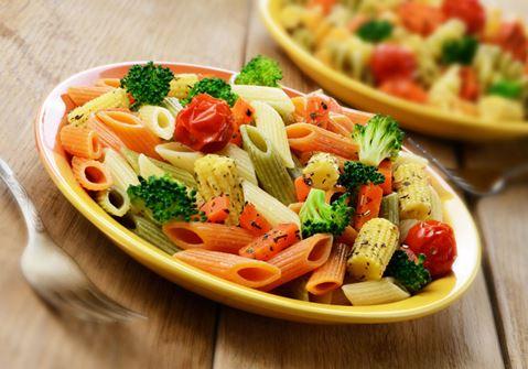 Μακαρονοσαλάτα με πέννες, καλοκαιρινά λαχανικά, Arla Delite και dressing λιαστής τομάτας
