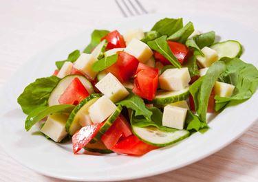 Φρέσκια σαλάτα με ντομάτα ρόκα αγγούρι και κυβάκια Arla Havarti