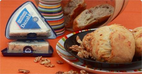 Ψωμί με καρύδια και μπλε τυρί Danablu
