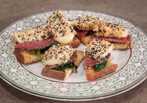 Μπρουσκέτες με σπανάκι & παναρισμένο τυρί Arla Havarti