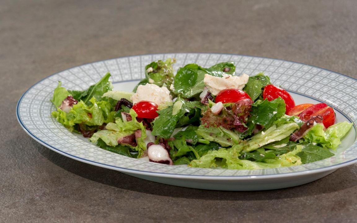 Χταπόδι σαλάτα με ντοματίνια, βασιλικό και φρέσκο τυρί κρέμα