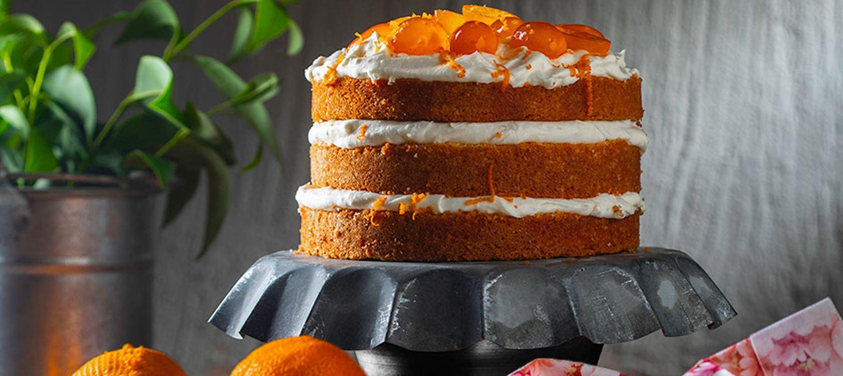 Τούρτα-κέικ πορτοκάλι με κρέμα πορτοκάλι και κουμκουάτ